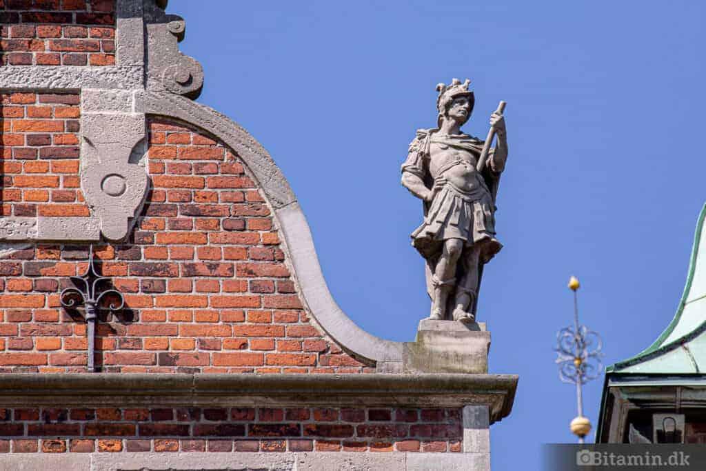 Nærbillede af dekorationsskulptur på taget af Rosenborg Slot.
