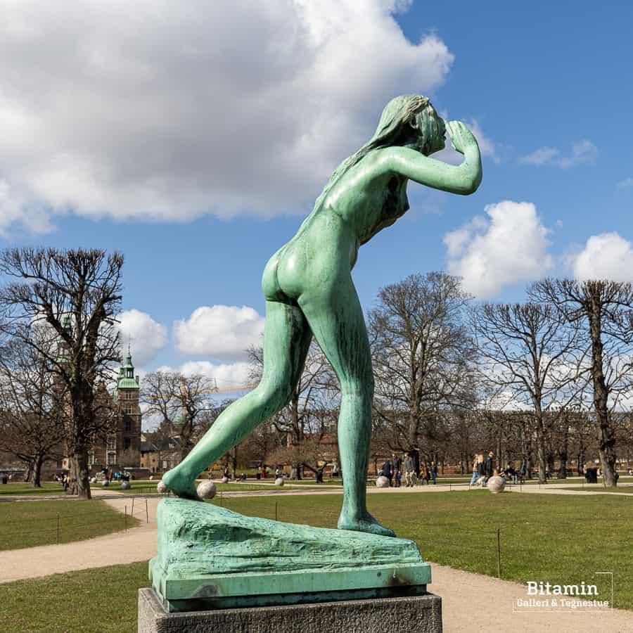 Ekko. En nymfe fra græsk mytologi der fik kastet en forbandelse på sig af Hera så hun kun kunne sige det sidste som andre har sagt. Et ekko.