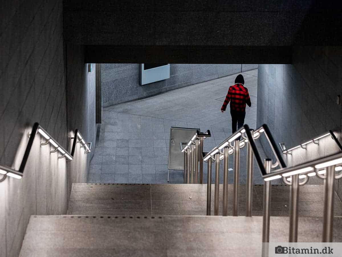 Person på vej ned i metroen ved Kongens Nytorv. Taget med et 70-200 objektiv