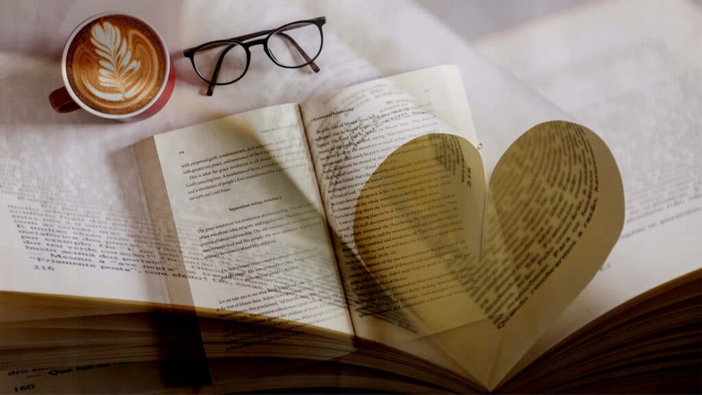 opslået bog med 2 ombukkede sider i layoutet som former et hjerte.